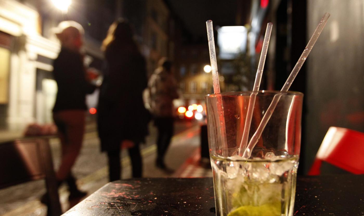 Minorenni sorpresi a bere, un genitore reagisce male