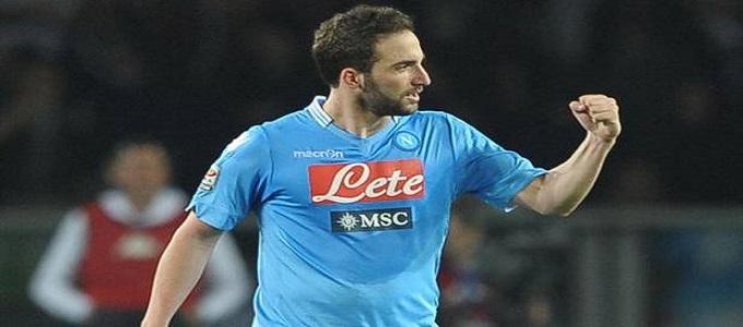 Higuain griffa il gol all'89. Torino-Napoli 0-1.