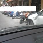 Le moto invadono le strisce blu al Vomero: la protesta e le foto di un cittadino