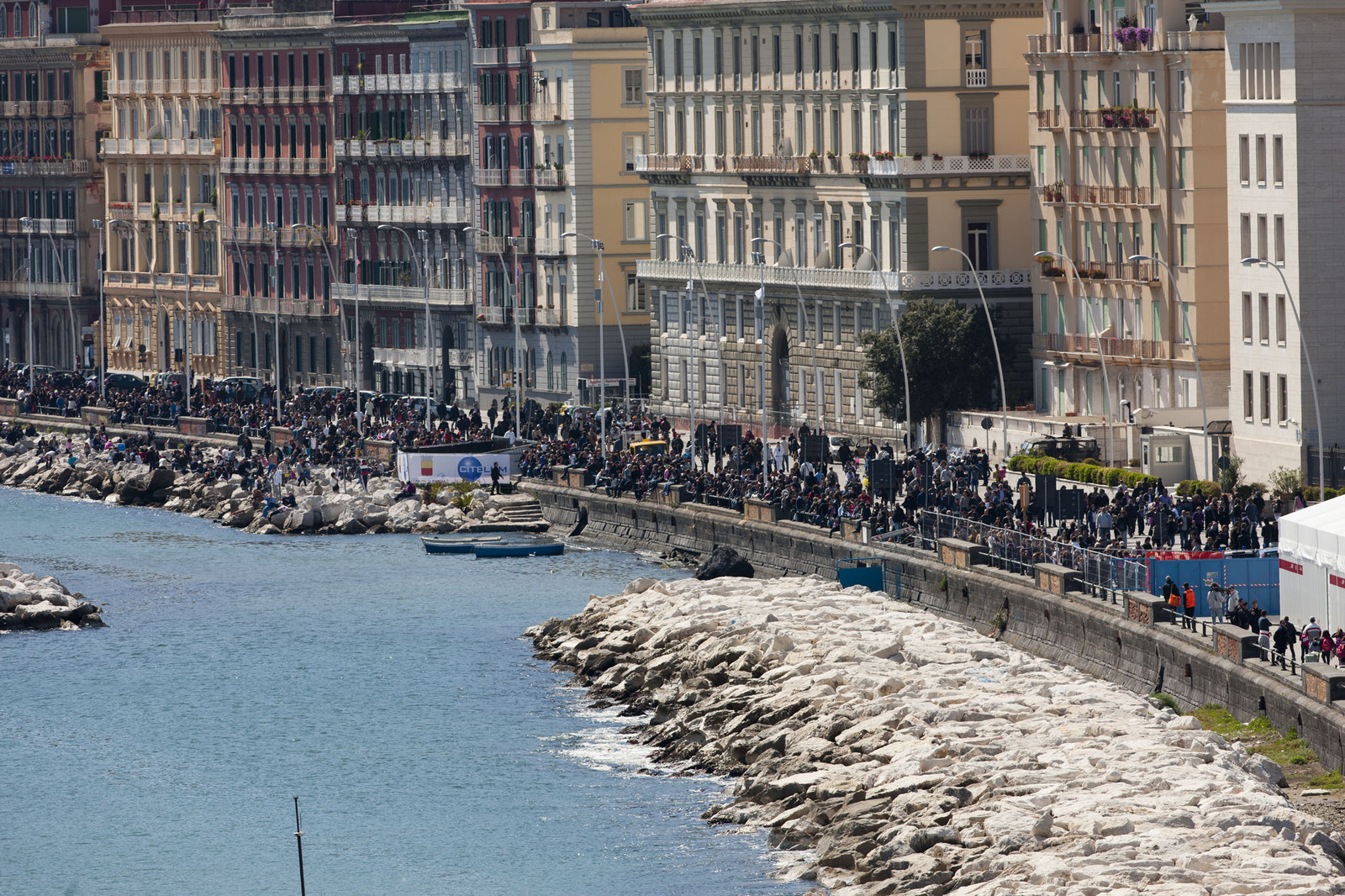 Campania resta Zona Arancione, i ristoratori di Napoli protestano in strada contro l'ordinanza di De Luca