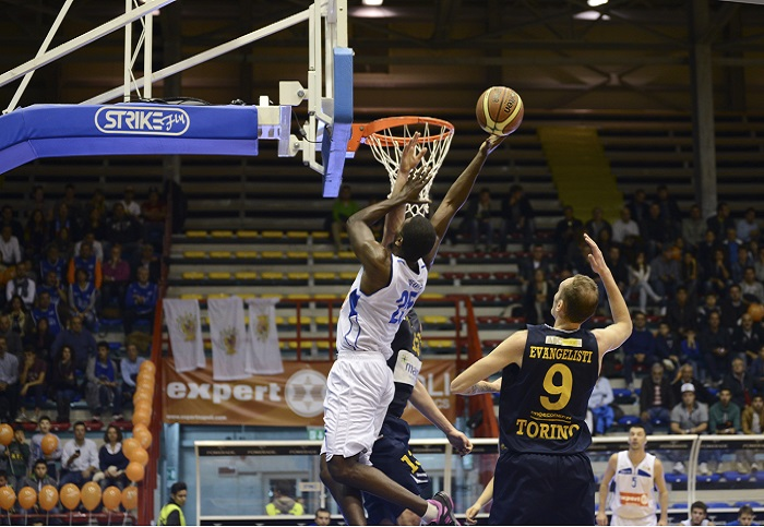 Basket, domani al PalaBarbuto di scena Napoli e Brescia