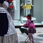La madre è un'artista di strada, la figlioletta studia alla Galleria Umberto