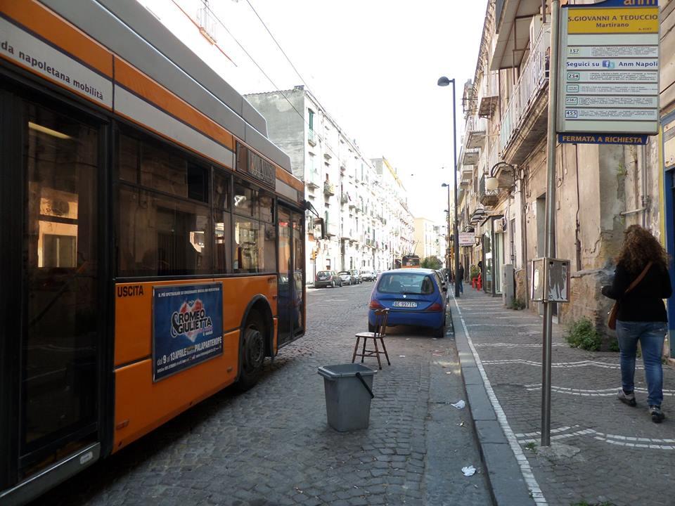 Sedie sul marciapiede per evitare la sosta delle auto