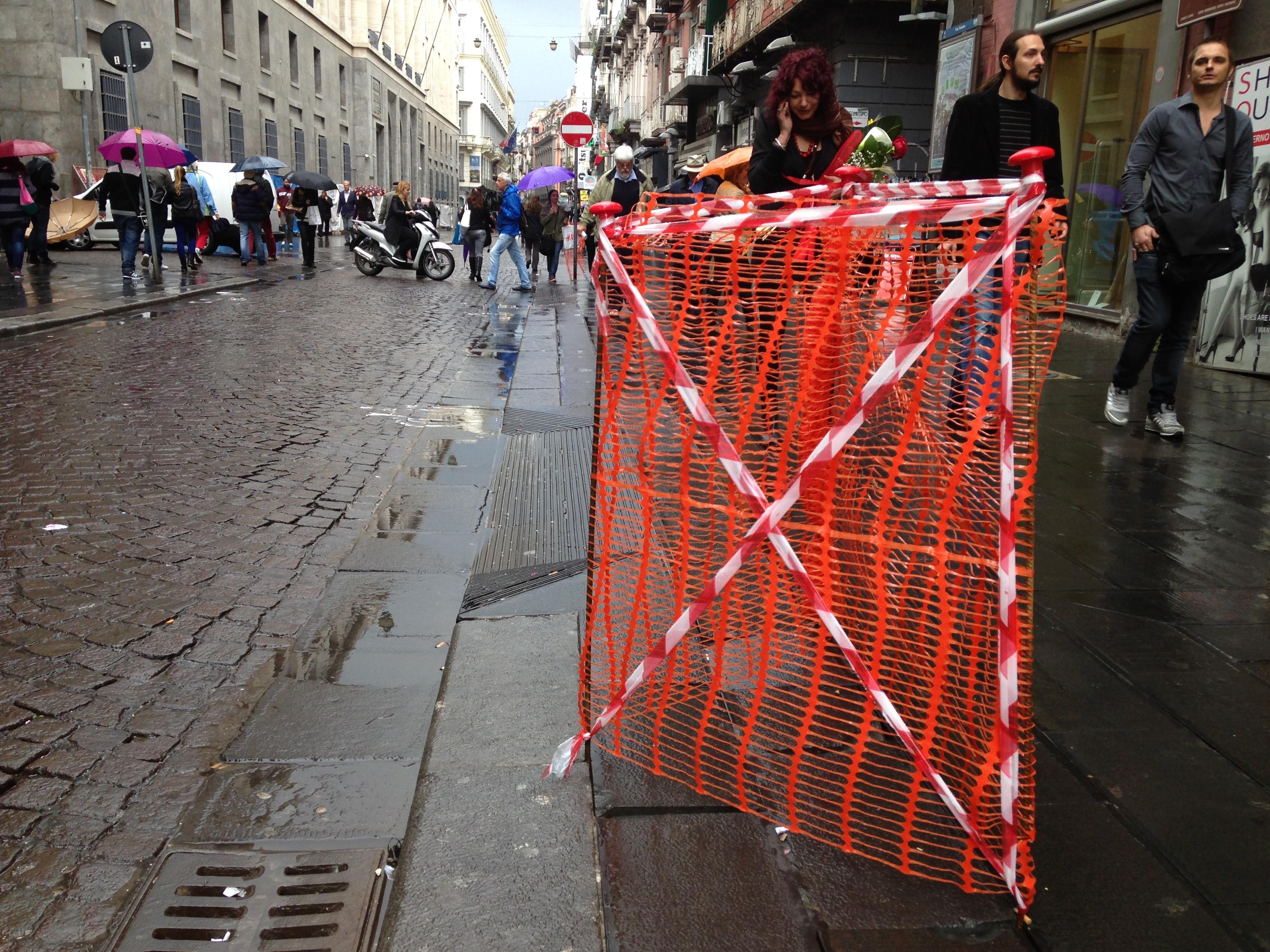 """Via Toledo, recintate alcune """"mattonelle assassine"""" della pavimentazione. A quando i lavori?"""