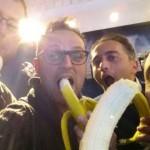 Tutti con la banana in mano: Napoli per Dani Alves, l'iniziativa della Radiazza