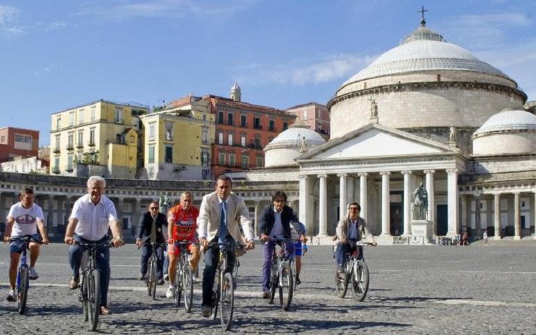 """""""Il turismo, la cultura e l'ambiente attraverso i raggi di una biciletta"""" Il """"Bici sightseeing"""" a Napoli"""