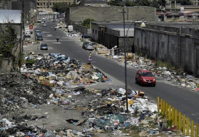 Gianturco, i cittadini puliscono le strade