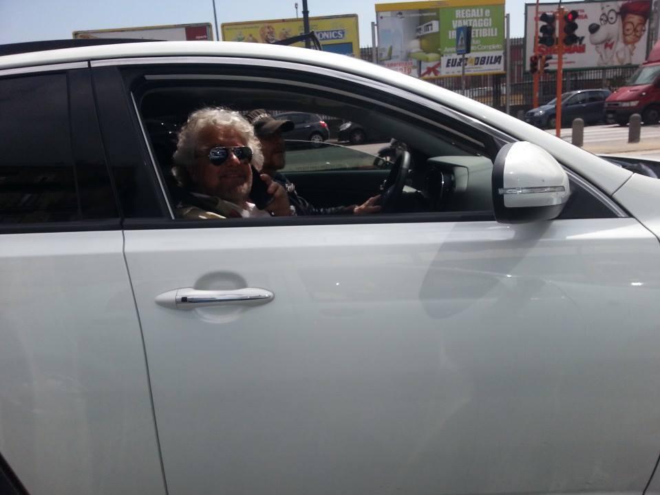 Beppe Grillo: comparsata in Via Marina