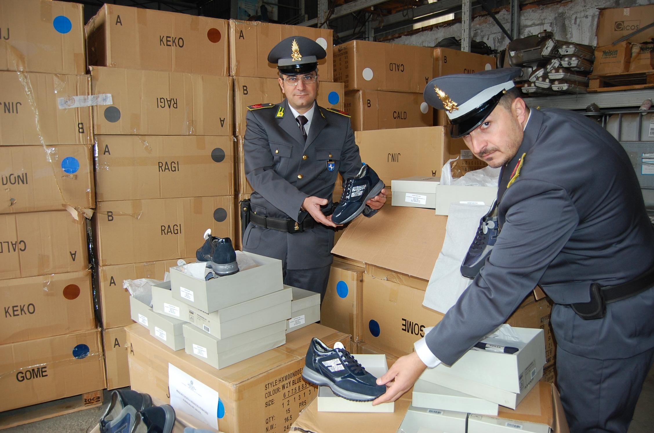 Smantellata la fabbrica delle false Hogan: in arresto il titolare e gli operai