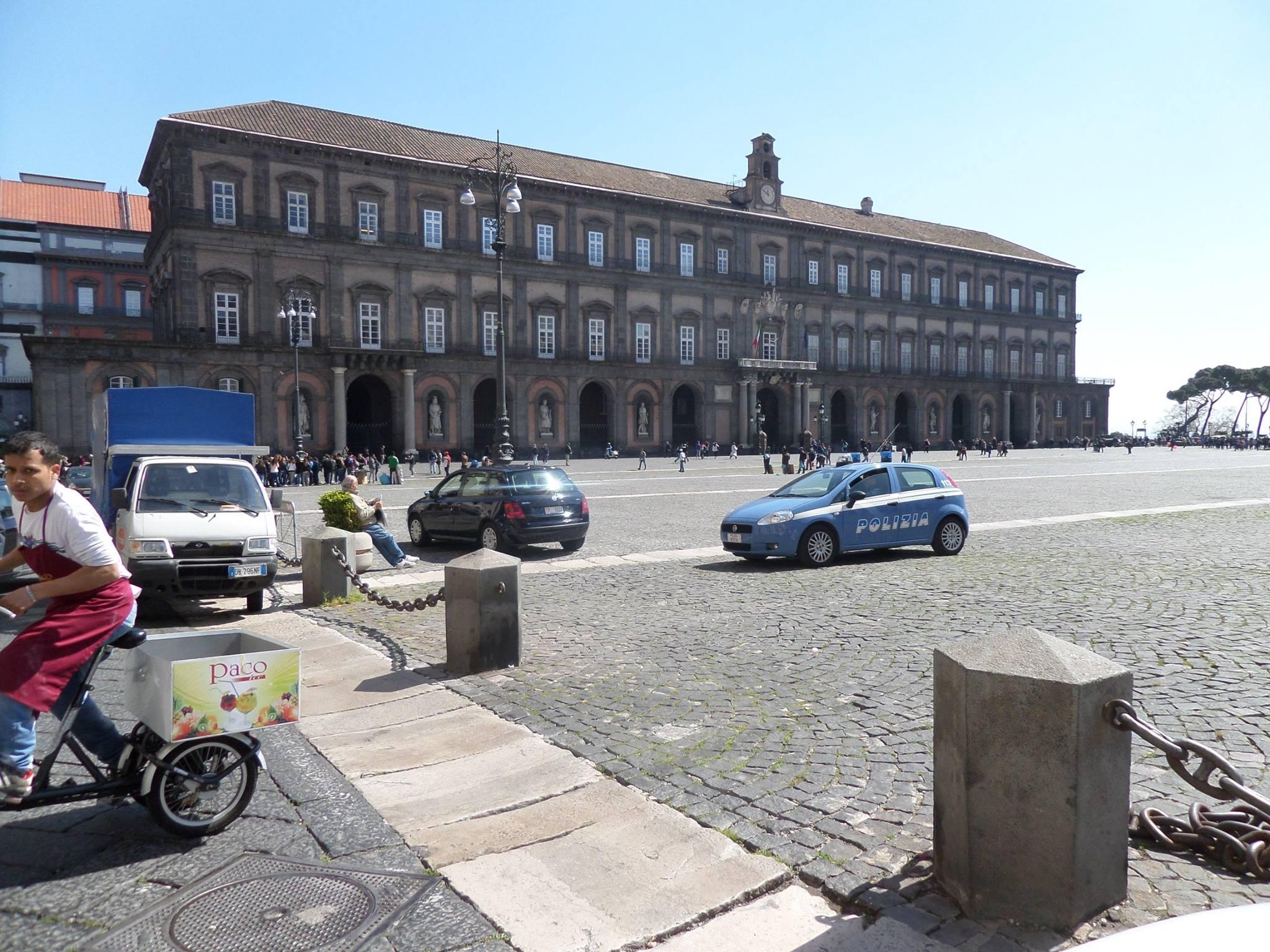 Piazza Plebiscito come un parcheggio. Ancora auto in sosta davanti a palazzo Reale