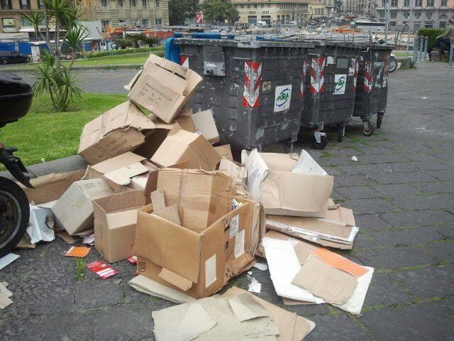 Rifiuti solidi a Napoli: multe per chi lascia la spazzatura fuori dalle campane
