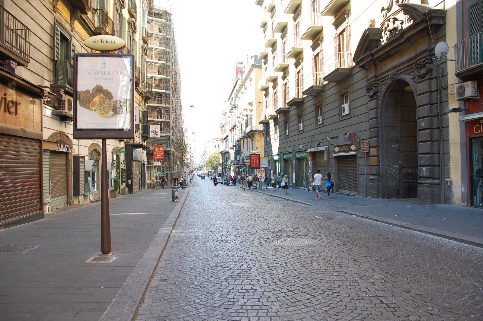 Vetrine fuorilegge, multati i negozi di via Toledo