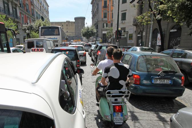 Diritto alla casa, manifestanti bloccano via Depretis con cassonetti