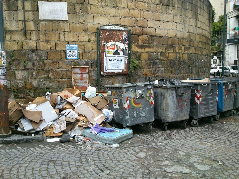 Cimitero delle Fontanelle tra degrado, immondizia e abusivismo