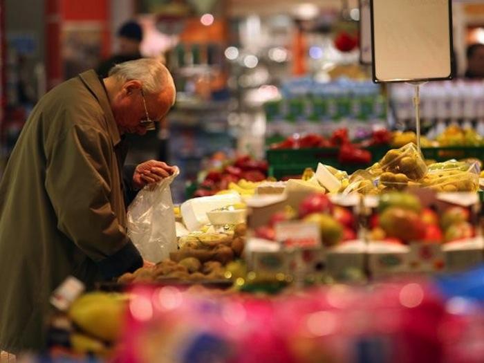 Nuovi poveri: anziano ruba mortadella al supermercato, scoperto si mette a piangere