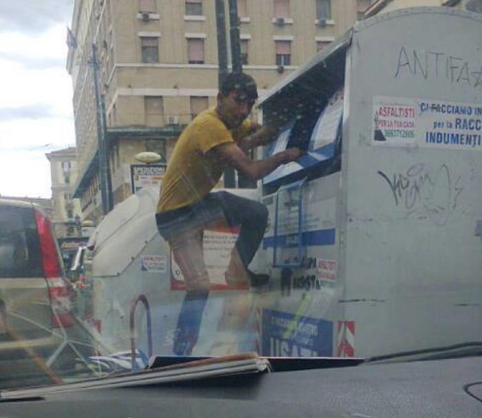Rom in azione, ecco come rubano gli abiti usati dalle campane per la raccolta