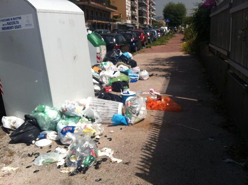 Emergenza rifiuti Posillipo, cumuli di immondizia in via Orazio