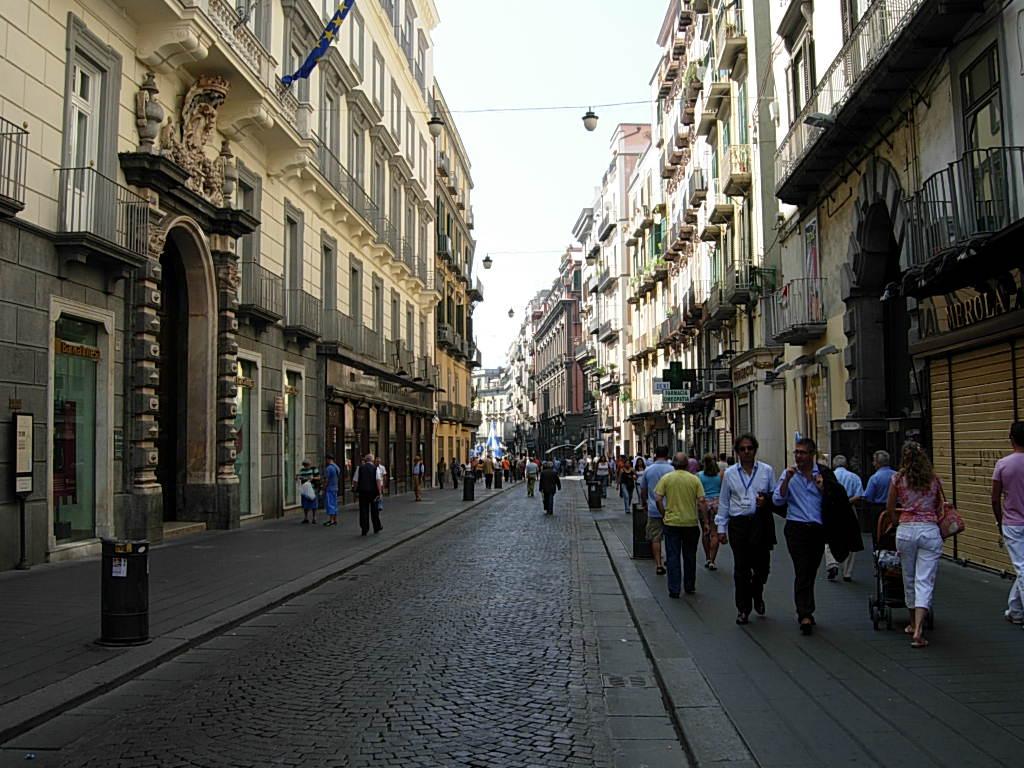 Crolla un cornicione a via Toledo: grande spavento