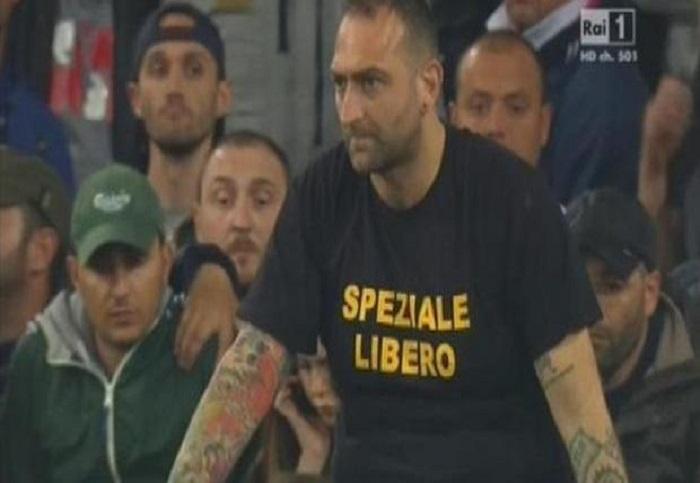 Il capo ultrà del Napoli inneggia con una maglia all'assassino di Raciti