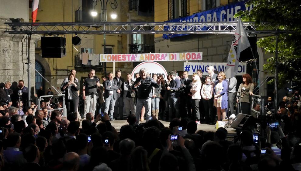 """Grillo a Napoli: """"Avete ragione a fischiare l'Inno"""""""