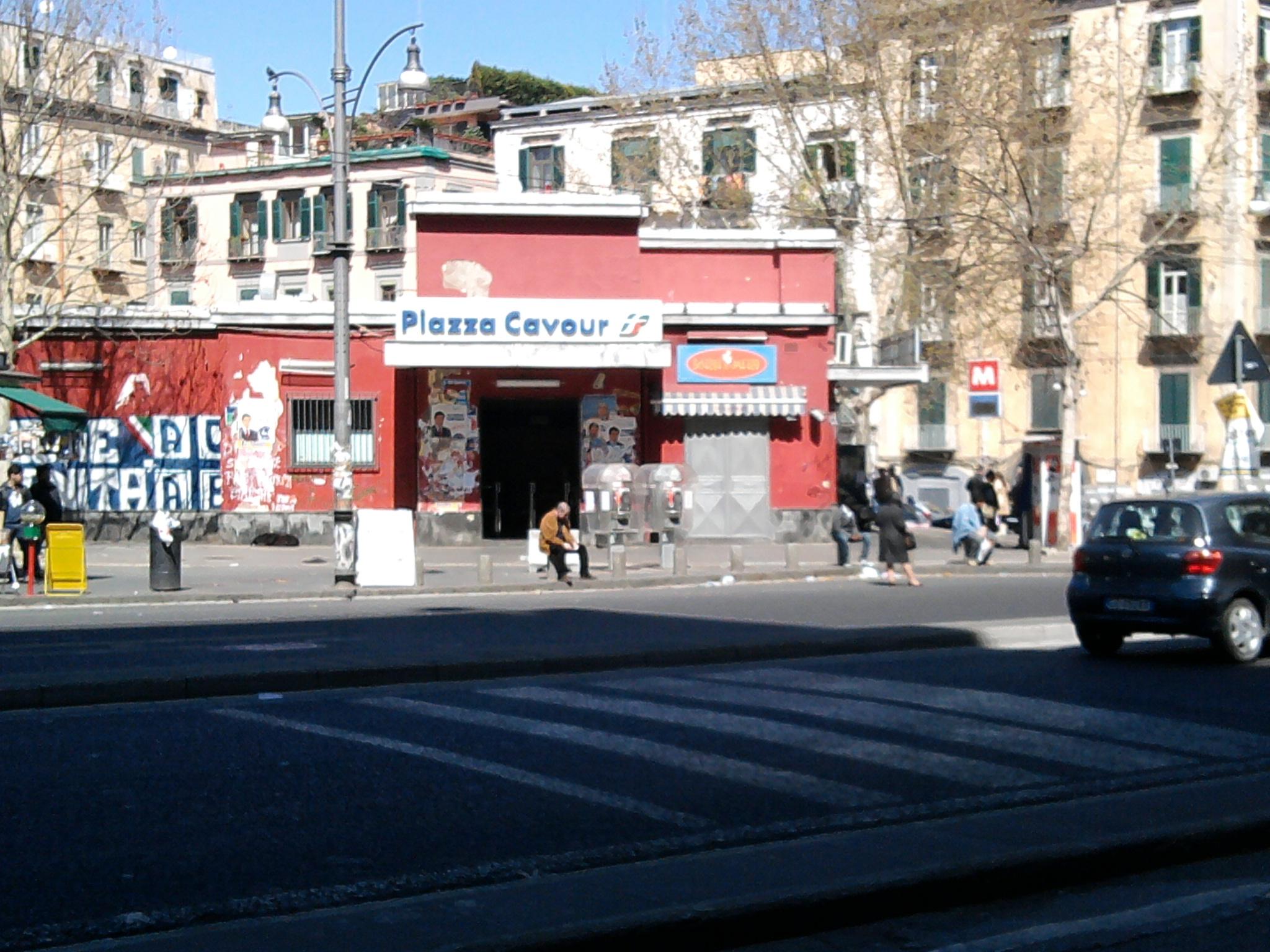 Piazza Cavour nel panico: in fiamme un furgone di rifiuti ospedalieri