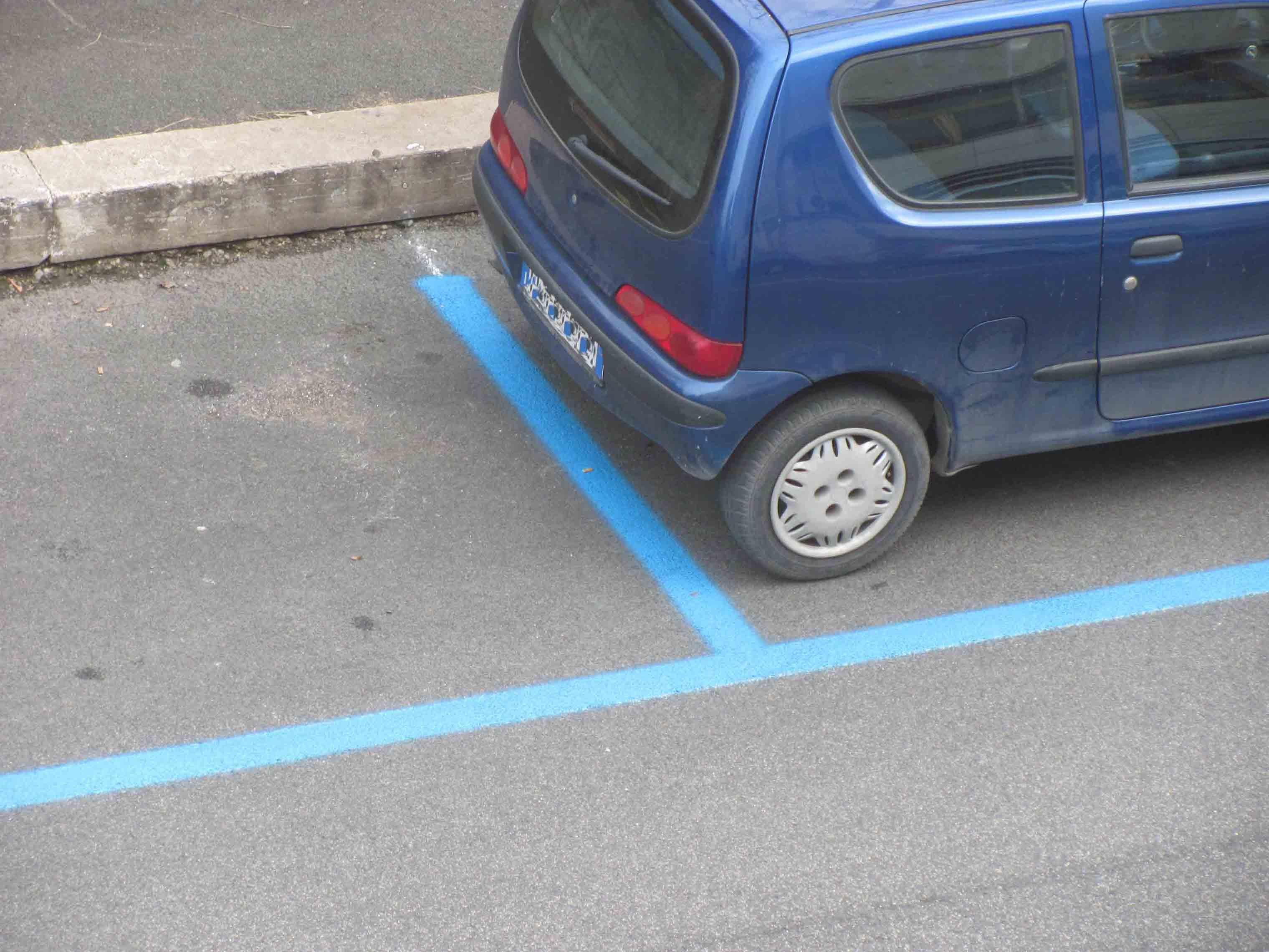Le strisce blu sono illegali. Niente più multe per chi non paga il parcheggio