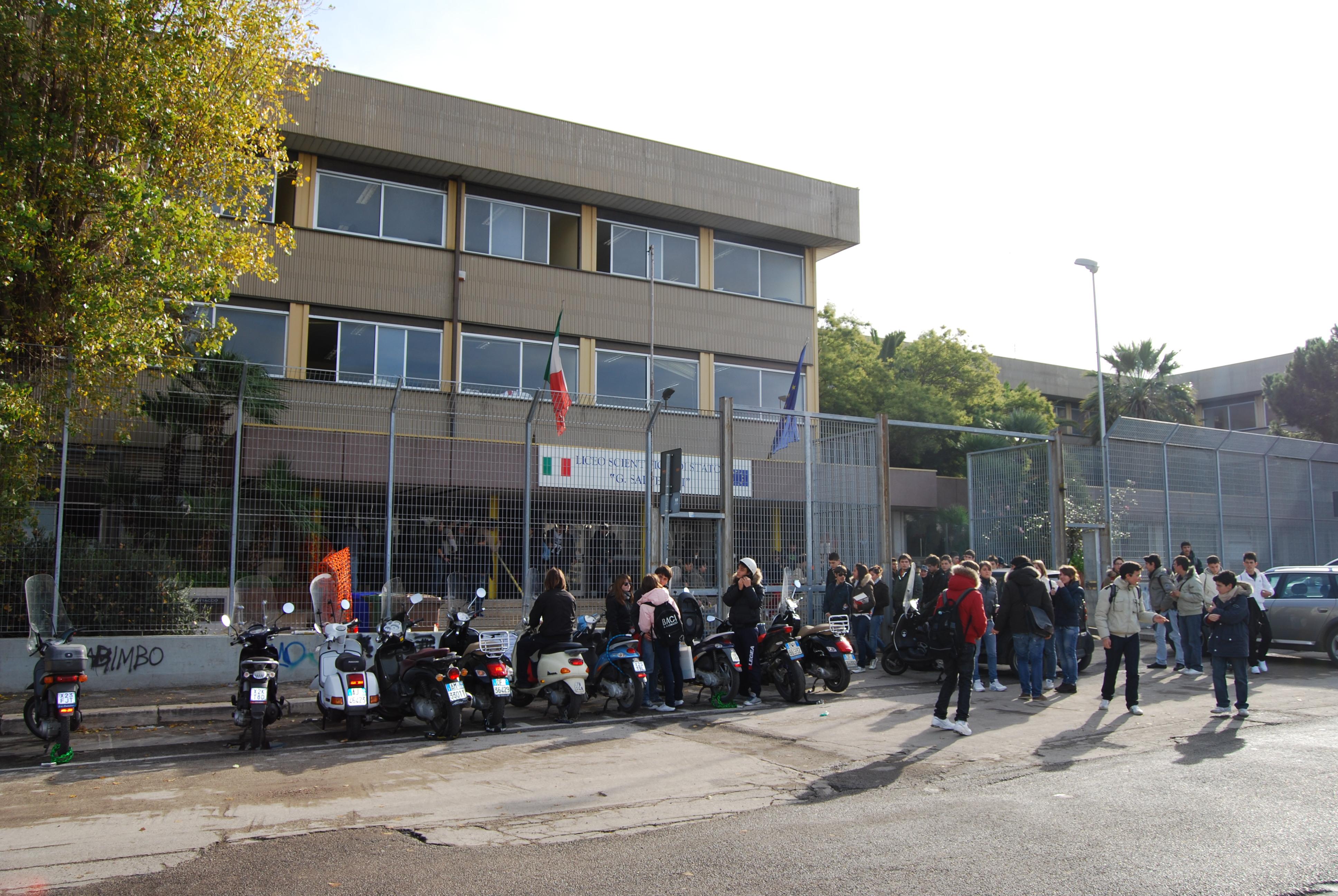 Rapinavano giovani studenti all'uscita da scuola all'Arenella: arrestati