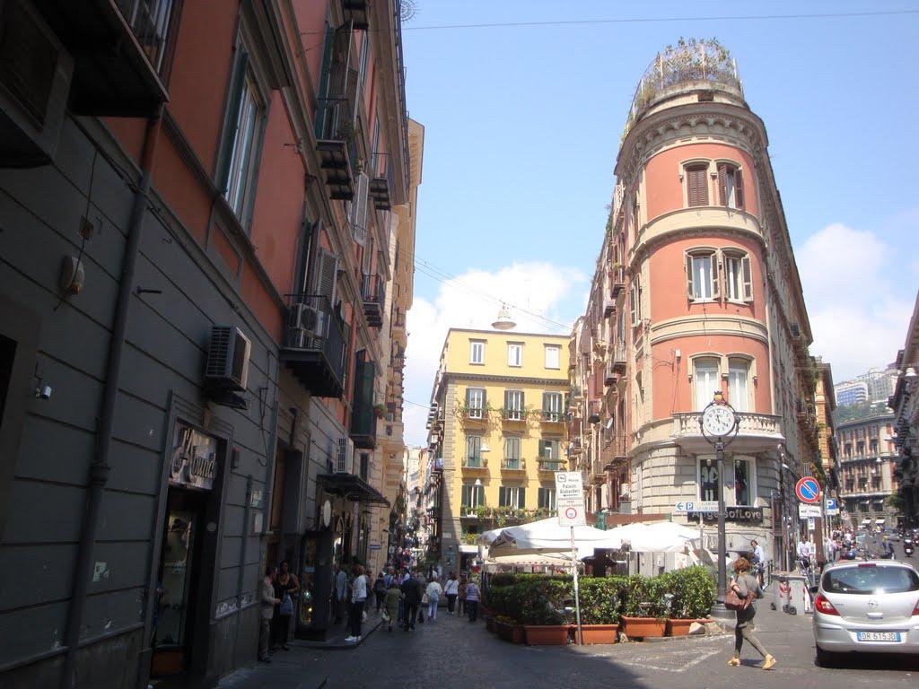 Crollano calcinacci da un cornicione: caos a via Filangieri