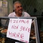"""Davide 'o zeppolaro vs Chipstar: a Fuorigrotta è ressa per un """"cuoppo"""" gratis (VIDEO)"""