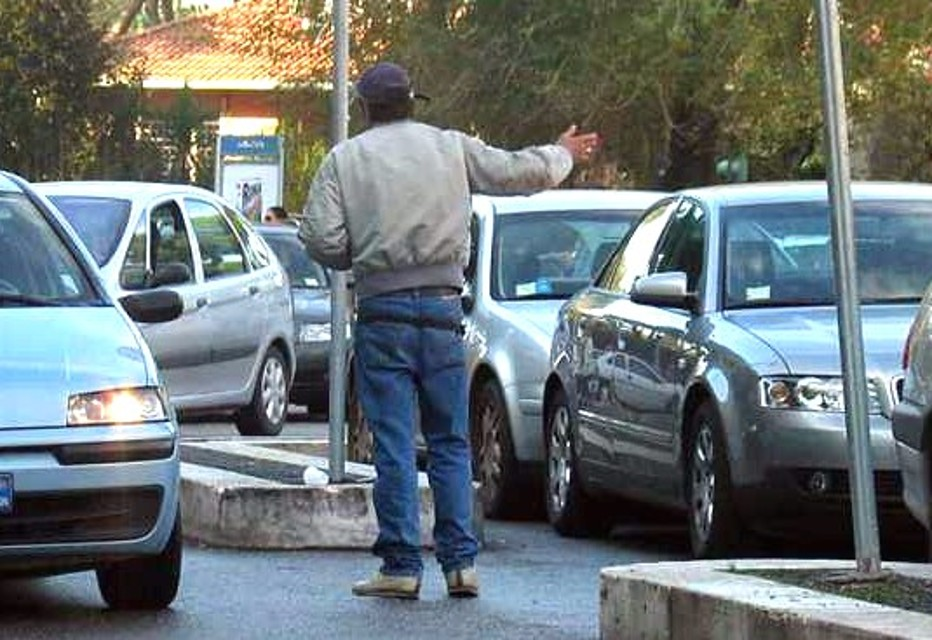 Paga parcheggiatore abusivo, poi lo denuncia