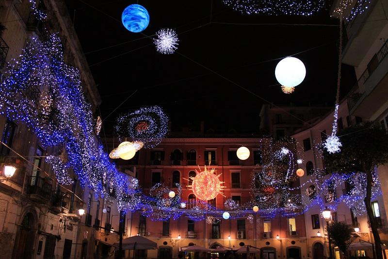 Decorazioni Natalizie Napoli.Natale 2014 A Napoli Luci Gia Da Novembre E Oltre 60 Mercatini In Tutta La Citta Road Tv Italia