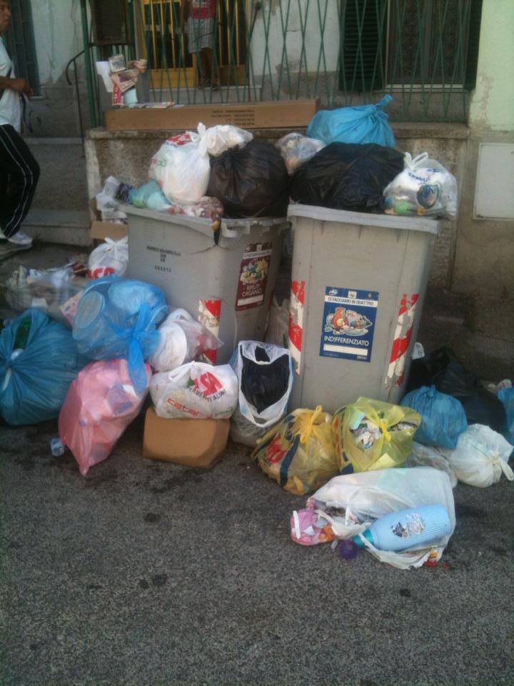 Bagnoli sotto la munnezza. Quartiere sommerso dai rifiuti, residenti inferociti pronti a scendere in strada