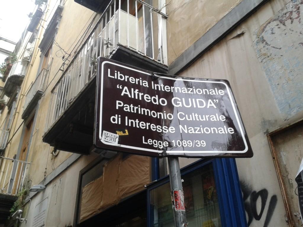 Guida a Port'Alba chiude per sempre e vende tutti i libri rimasti