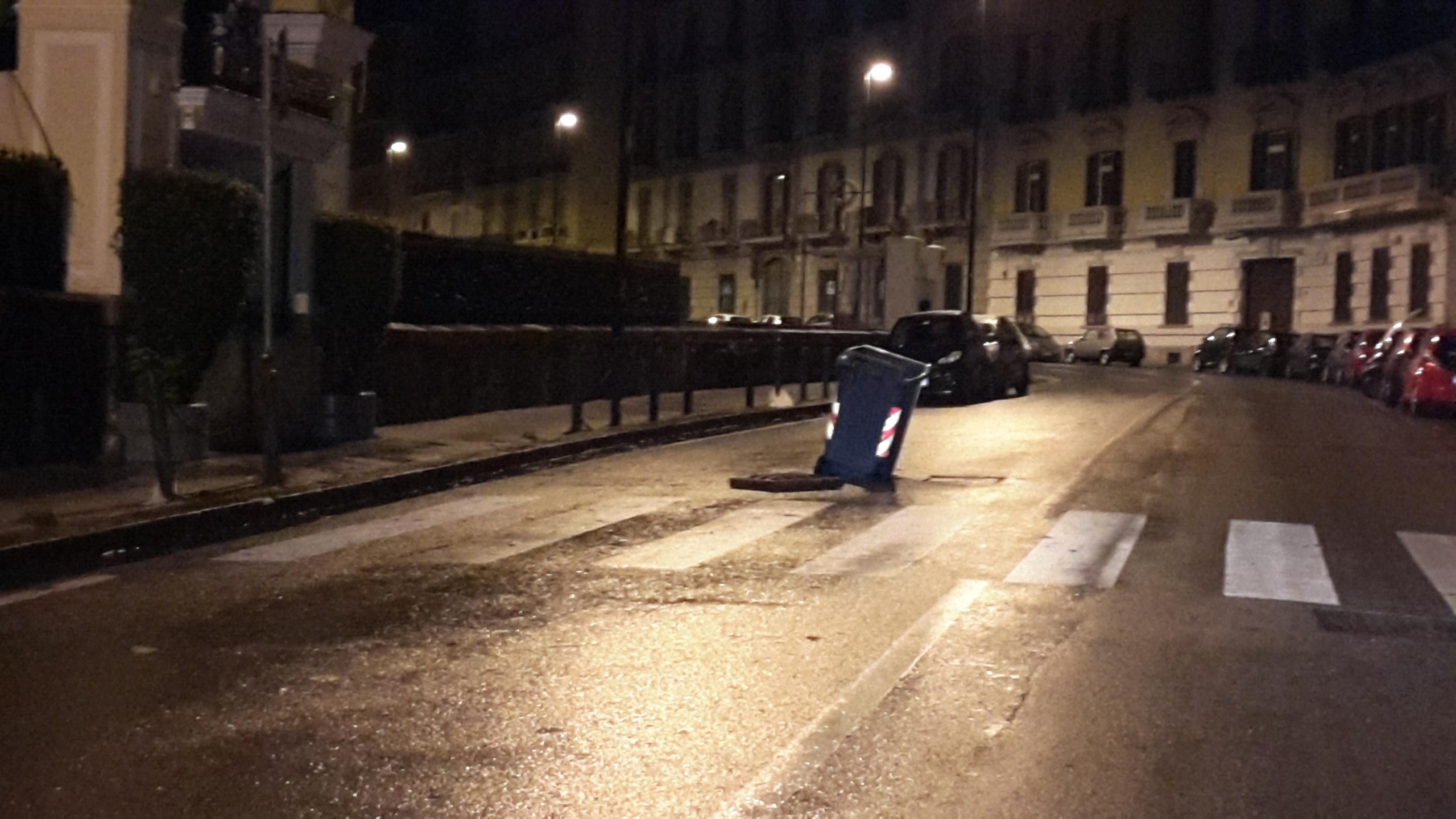 Allarme maltempo e strade allagate: i napoletani si difendono così (FOTO)
