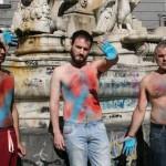 Monumenti imbrattati: si dipingono il corpo per protesta (FOTO)