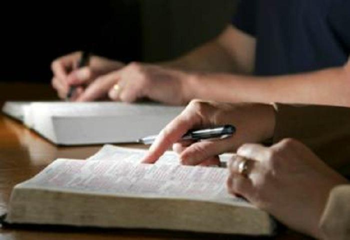 Bibbia in napoletano? Forse non lo sapete, ma esiste: l'ha tradotta un parroco partenopeo