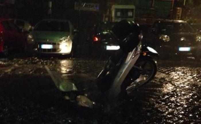 Pioggia, voragini e tombini saltati: e il motorino finisce nella buca (FT)