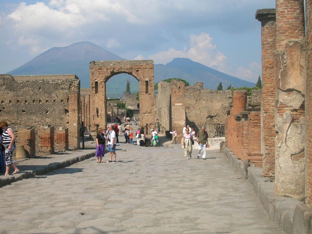 Scavi di Pompei: non bastano i crolli, adesso li prendono anche a calci
