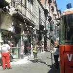 La prevenzione dei crolli. A via Toledo VdF all'opera per interventi di spicconatura (FOTO)