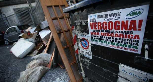 Vergogna a chi fa della strada una discarica: nuovo messaggio sui cassonetti Asìa