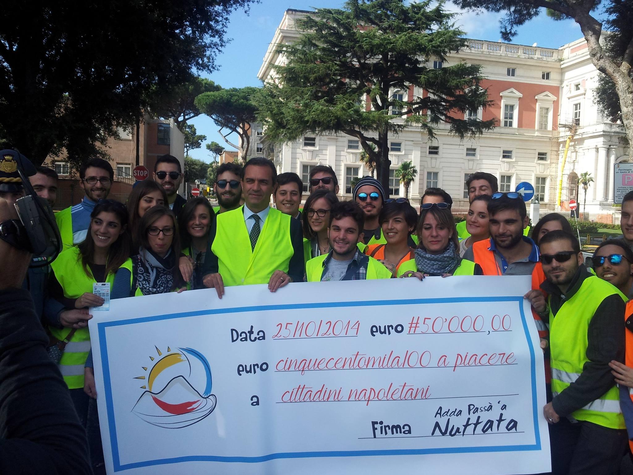 Flash mob contro i parcheggiatori abusivi: anche De Magistris regala grattini