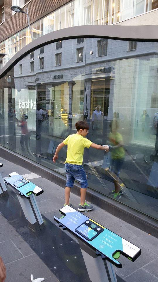 Un bambino dei Quartieri Spagnoli pulisce il vetro della metropolitana di Toledo