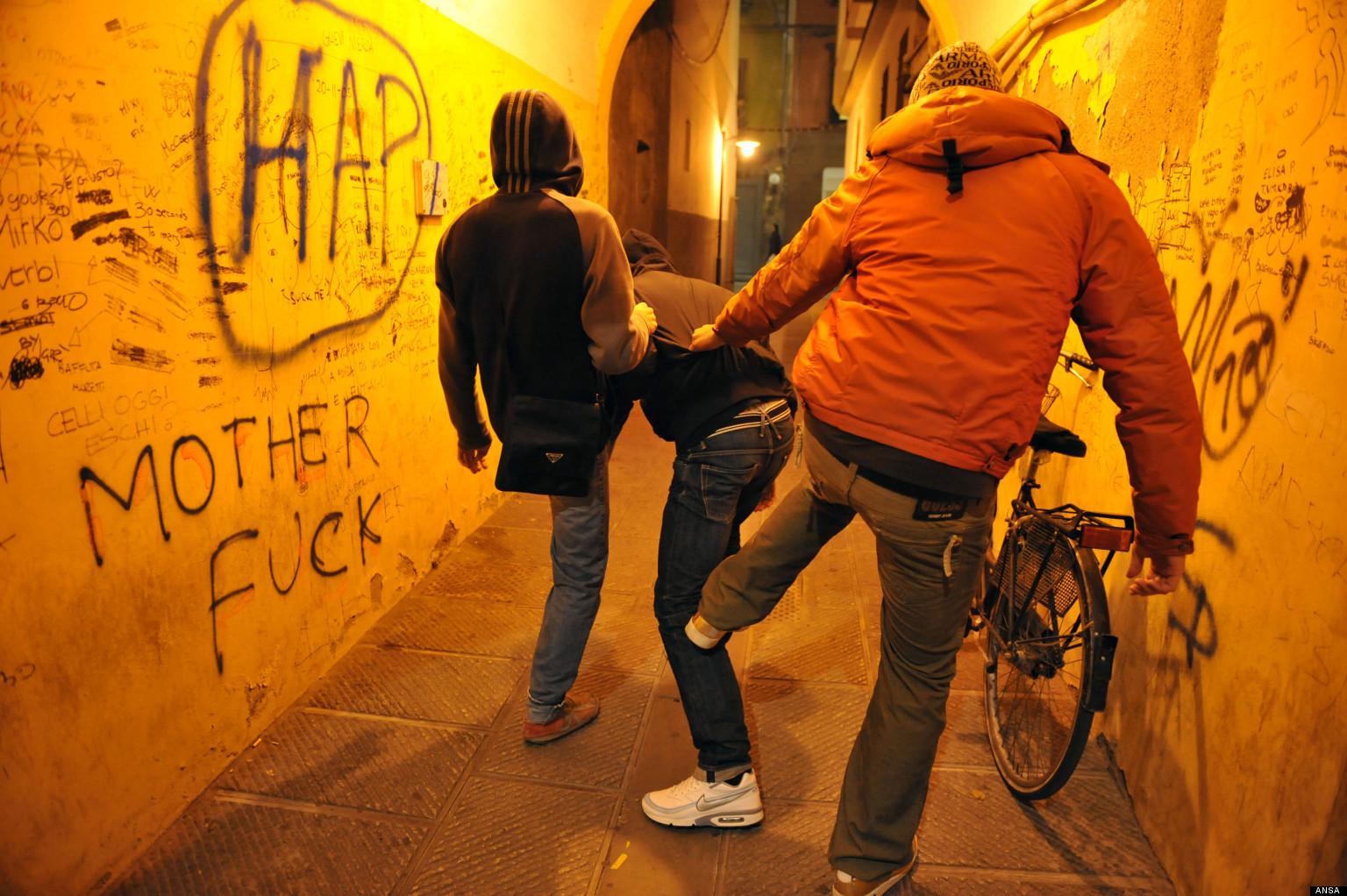 Bullismo a Napoli: 14enne violentato con un compressore perché grasso
