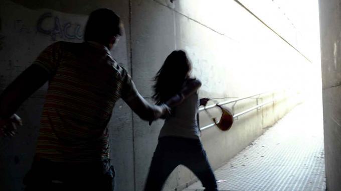Picchiata selvaggiamente per una rapina: violenza inaudita a Napoli