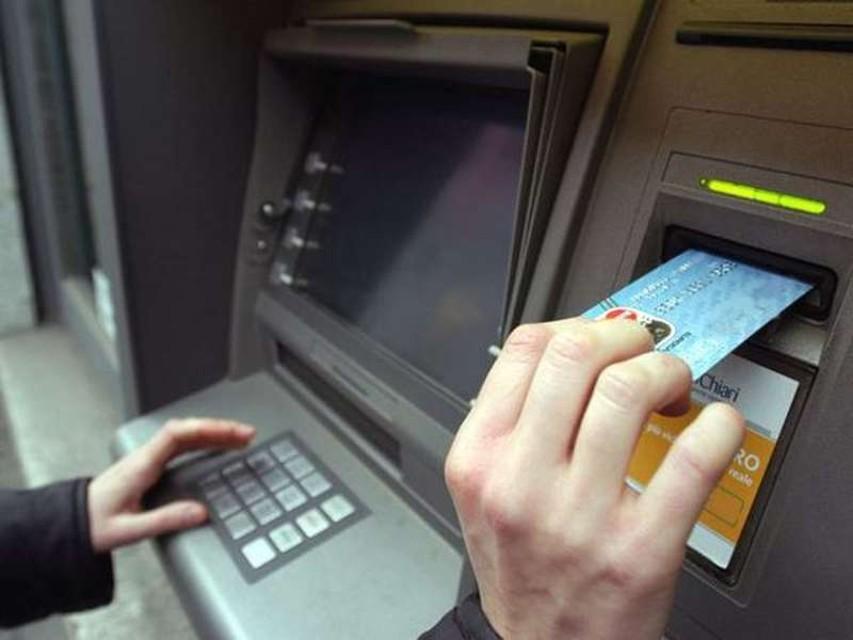Rapinatore seriale di bancomat: accompagnava le vittime allo sportello