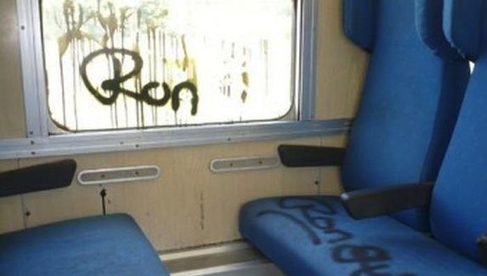 Trenitalia, vandali in azione: danneggiate 8 carrozze a Napoli