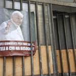 55 senzatetto occupano una ex-scuola in nome di Papa Francesco (FOTO)