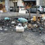 Rifiuti bruciati e diossina nel pieno centro di Napoli