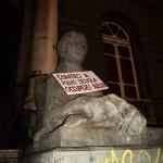 Dante contro Renzi: ecco la protesta degli studenti con i monumenti (FT)