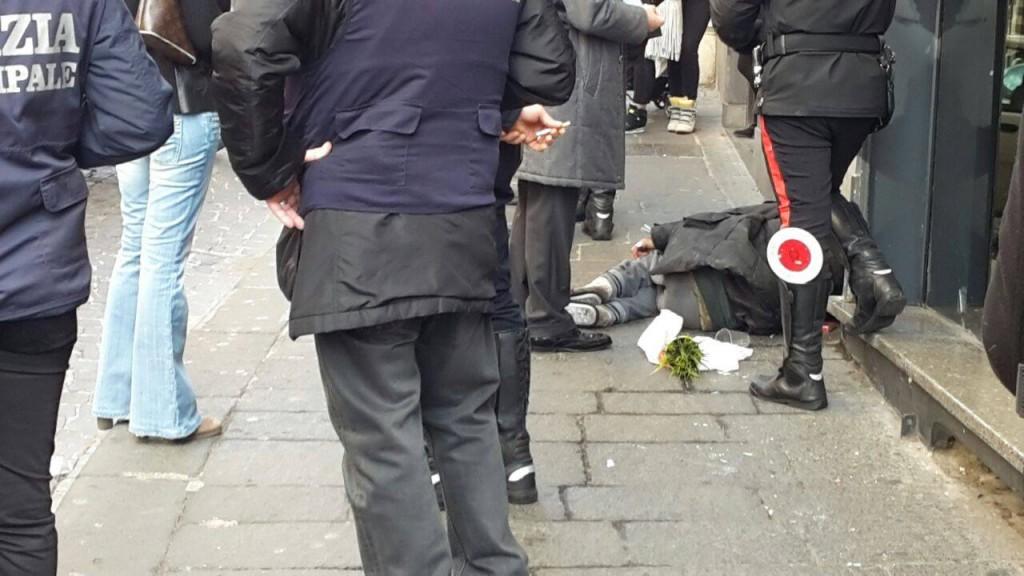 Clochard di Chiaia sieropositiva ritorna a terrorizzare i residenti